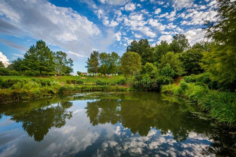 Cielo dramático sobre el lago en el parque de la sinfonía, en Charlotte, del norte foto de archivo libre de regalías