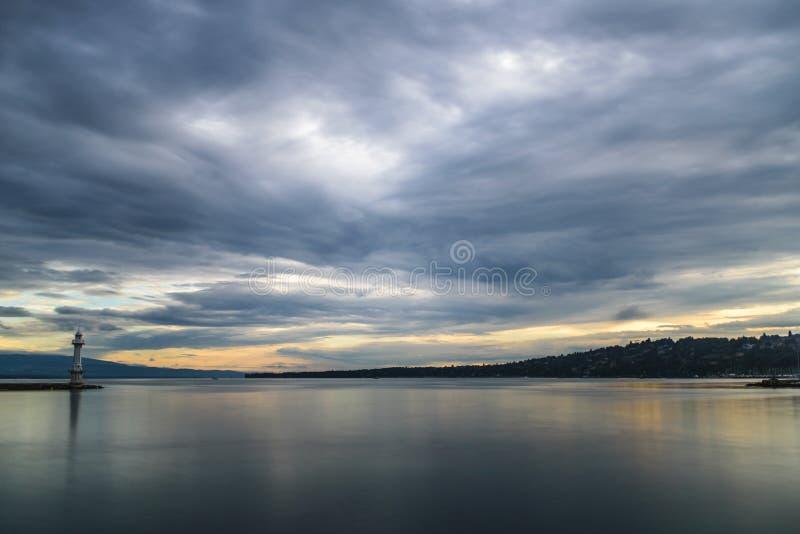 Cielo dramático sobre el lago Lemán con opiniones en dirección de Montreaux fotos de archivo