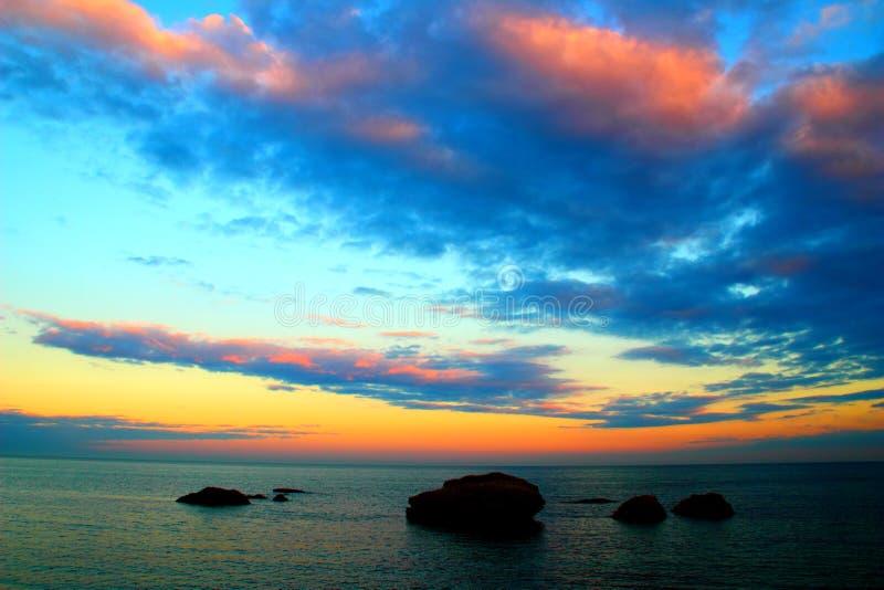 Cielo dramático sobre el mar con las rocas fotos de archivo libres de regalías