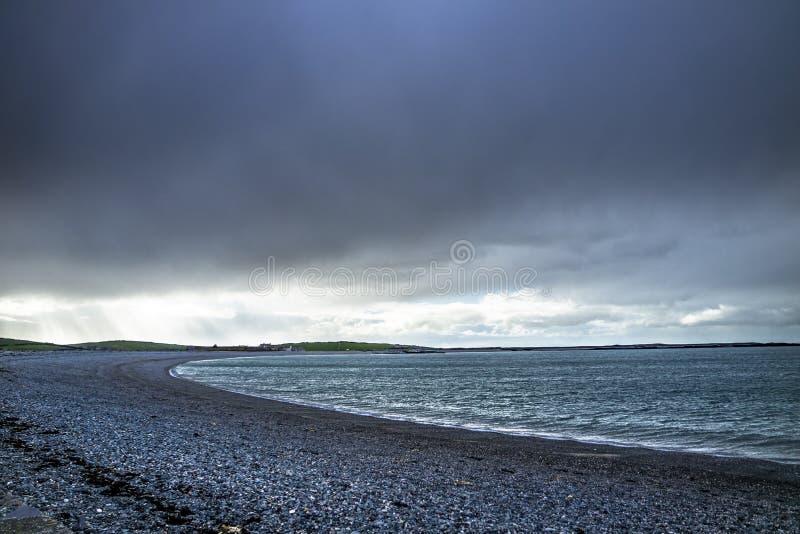 Cielo dramático sobre la bahía de Cemlyn, Anglesey en País de Gales del norte imagenes de archivo