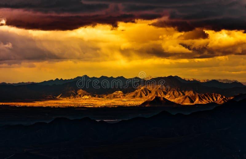 Cielo dramático sobre la montaña imágenes de archivo libres de regalías
