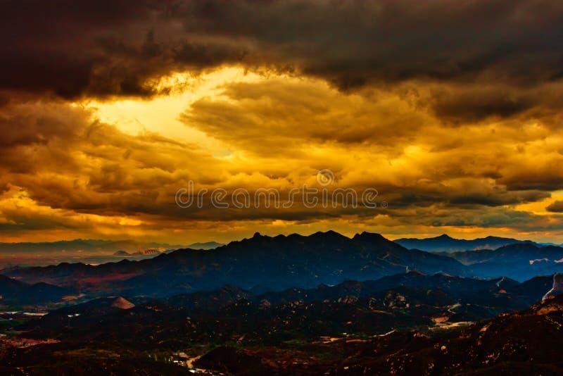 Cielo dramático sobre la montaña foto de archivo
