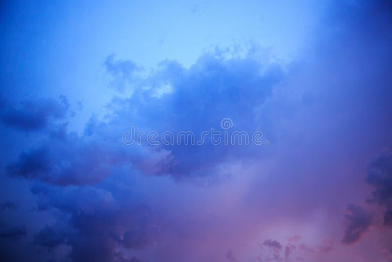 Cielo dram?tico colorido con la nube azul abstraiga el fondo imagenes de archivo