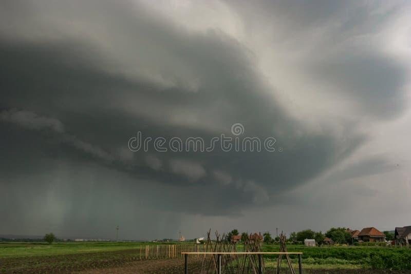 Cielo drammatico come temporale severo con gli approcci della nuvola dello scaffale in Europa Orientale fotografia stock libera da diritti