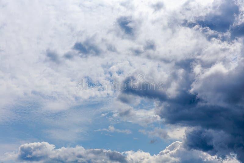 Cielo drammatico con le nuvole tempestose Fondo del cielo delle nuvole di temporale Cielo drammatico con le nuvole tempestose immagini stock