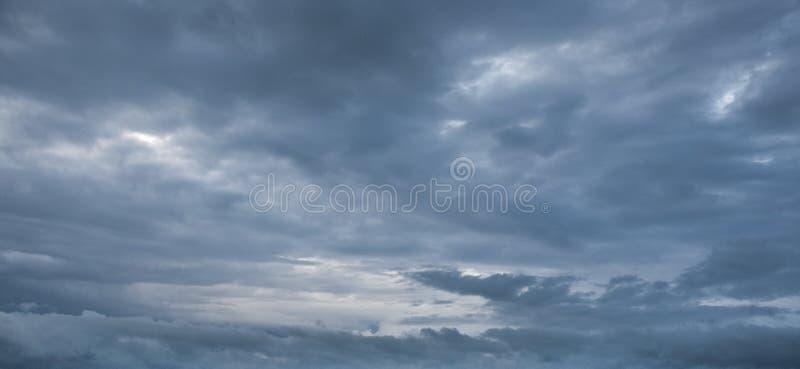 Cielo drammatico con le nuvole tempestose fotografia stock libera da diritti
