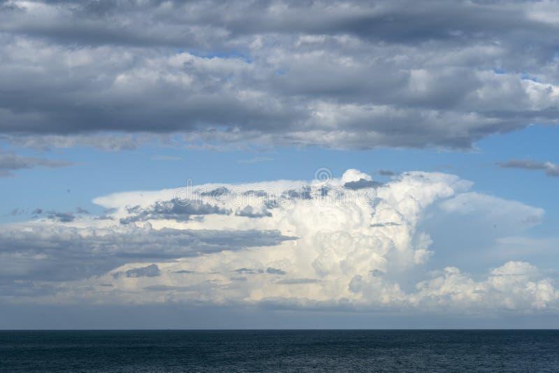 Cielo drammatico con nuvole tempestose Nuvolosità Bel cielo immagini stock