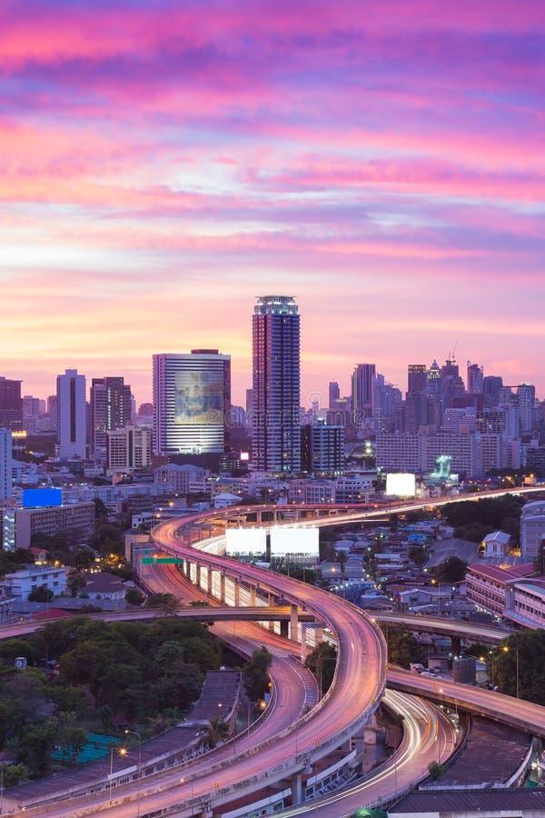 Cielo drammatico dell'orizzonte moderno della città con il passaggio di scambio immagini stock libere da diritti