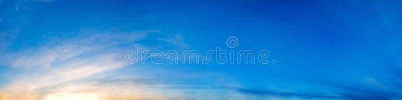 Cielo drammatico di panorama con la nuvola su tempo di tramonto e di alba immagini stock