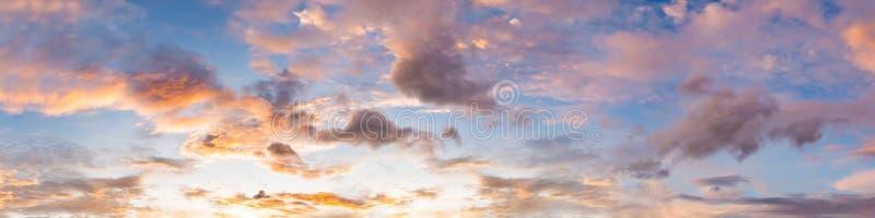 Cielo drammatico di panorama con la nuvola su tempo di tramonto e di alba fotografia stock