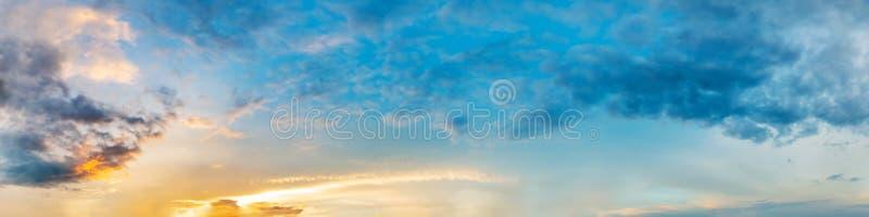 Cielo drammatico di panorama con la nuvola su tempo di tramonto e di alba fotografie stock