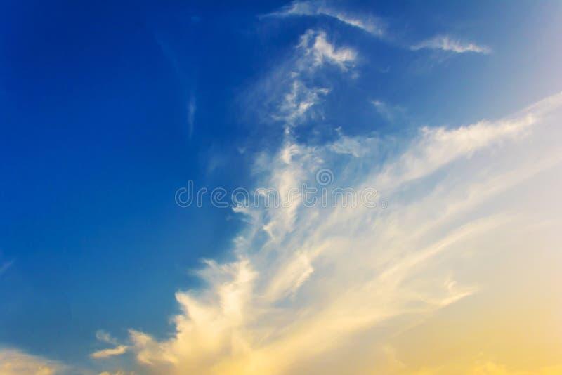 Download Cielo Drammatico Di Tramonto Fotografia Stock - Immagine di nube, colorato: 55353850