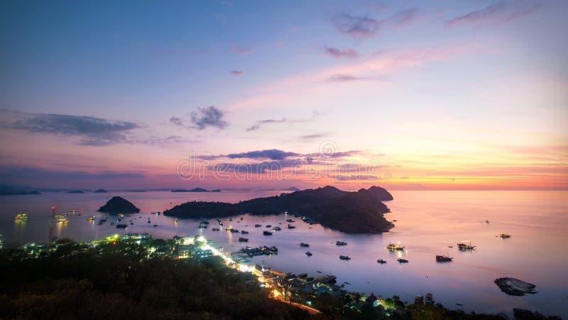 Cielo drammatico di tramonto di panorama a Labuan Bajo fotografia stock libera da diritti