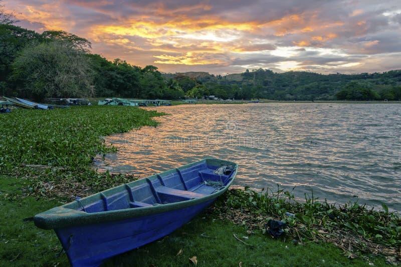 Cielo drammatico El Salvador di tramonto di Suchitlan del lago blu boat immagine stock libera da diritti