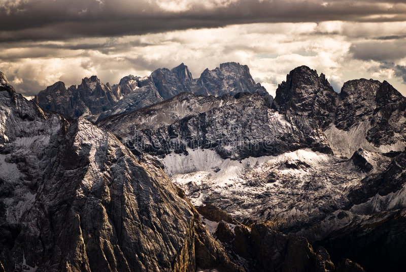 Cielo drammatico sopra i picchi della dolomia. fotografie stock libere da diritti