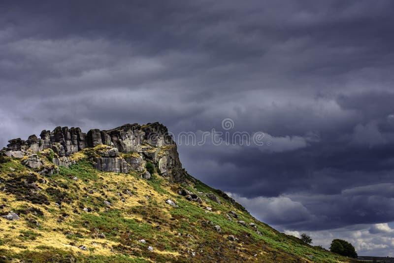 Cielo drammatico sopra la collina rocciosa immagini stock libere da diritti