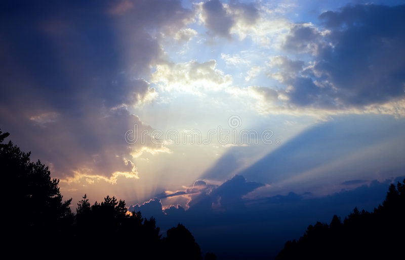 Cielo drammatico variopinto, nubi al tramonto immagine stock