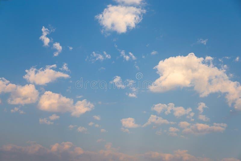 Cielo durante il fondo di mattina, la natura delle nuvole del sole di cielo blu con la nuvola fotografie stock