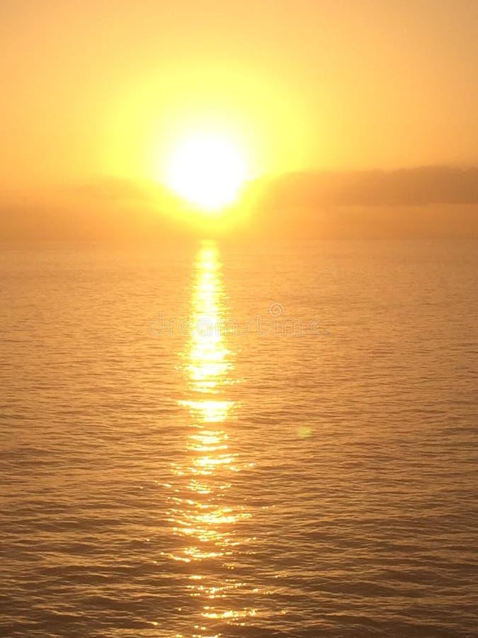 Cielo durante tiempo de subida de Sun en el mar Mediterráneo fotos de archivo libres de regalías