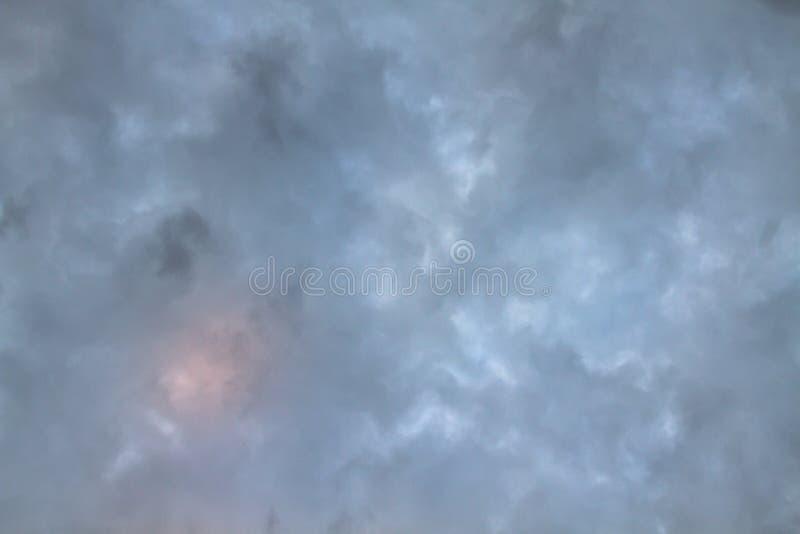 Cielo e nuvola misteriosa con colore blu scuro fotografie stock