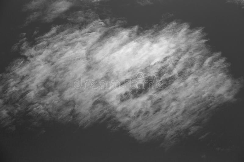 Cielo e nuvole bianche, in bianco e nero fotografia stock libera da diritti