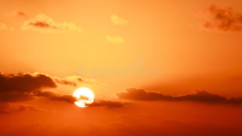 Cielo e sole dell'oro fotografie stock