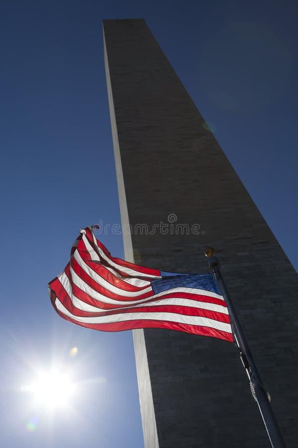 Cielo e Washington Monument scuri della bandiera di U.S.A. immagini stock libere da diritti