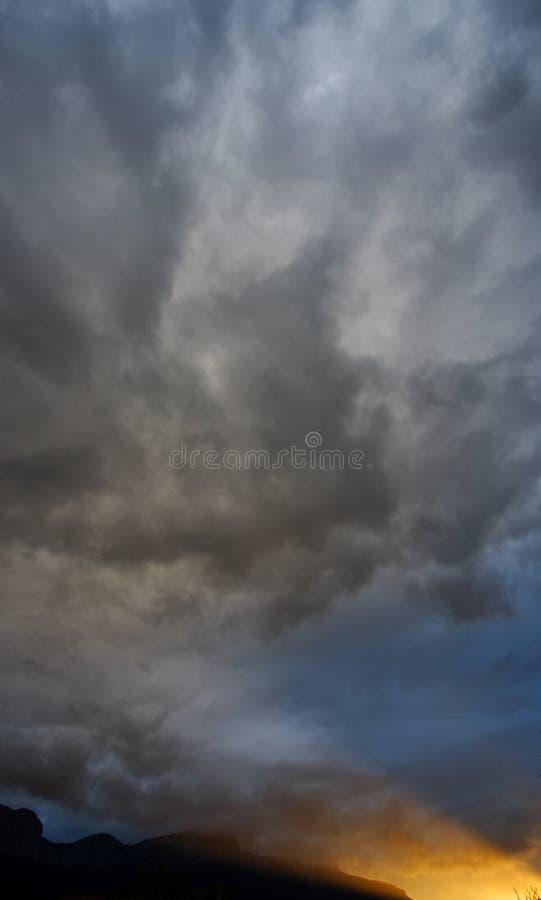Cielo ed indicatore luminoso scuri fotografia stock