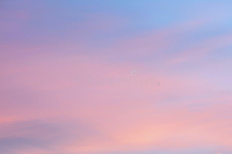 Cielo en el rosa y los colores azules el efecto del pastel ligero coloreado de las nubes de la puesta del sol se nubla en el fond fotografía de archivo libre de regalías