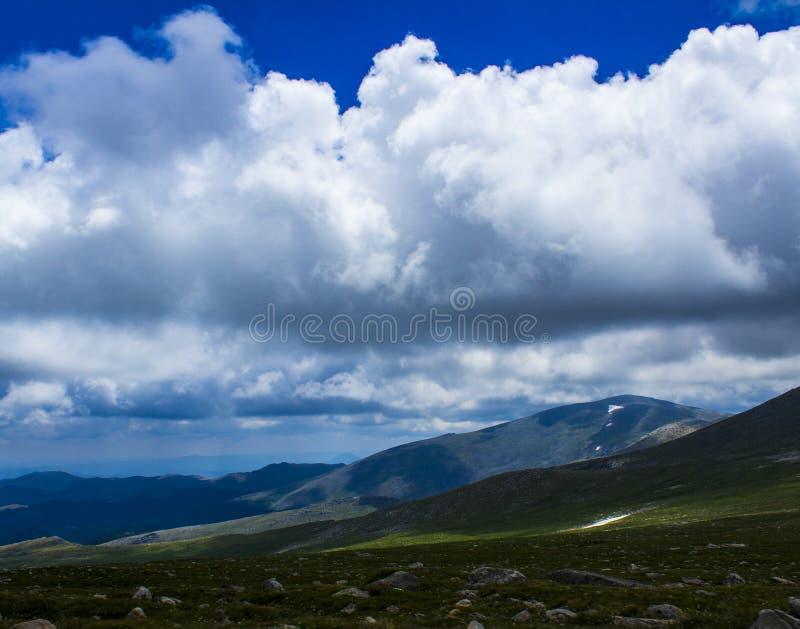 Cielo en la cima de la montaña imagen de archivo