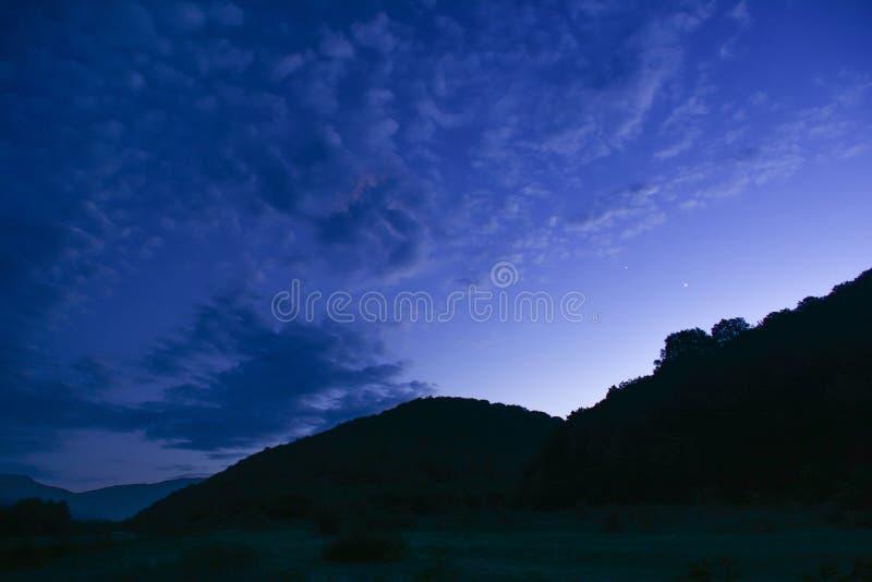 Cielo en montañas, puesta del sol, crepúsculo de la tarde foto de archivo