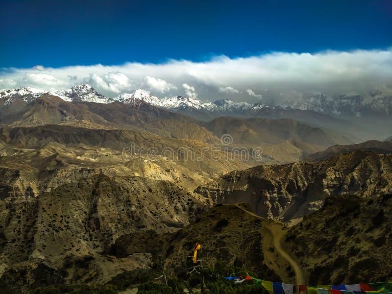 Cielo en mustango superior de la tierra con las cordilleras y las gamas de colinas imagen de archivo libre de regalías
