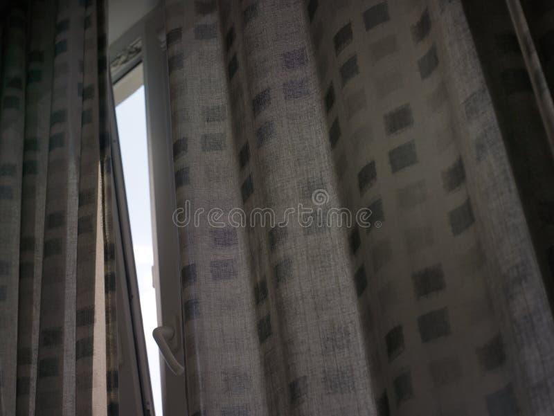 Cielo entre las cortinas imagen de archivo