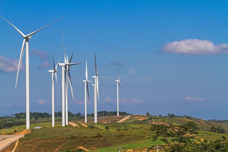 Cielo escénico y azul del poder de la turbina de viento en el moutain de KhaoKho imagen de archivo libre de regalías