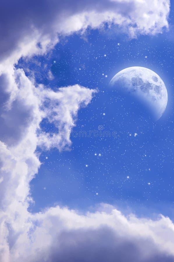 Cielo estrellado azul con la media luna imagen de archivo