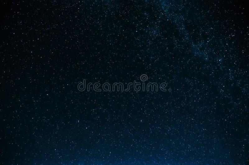 Cielo estrellado con la vía láctea en fondo azul marino fotos de archivo libres de regalías