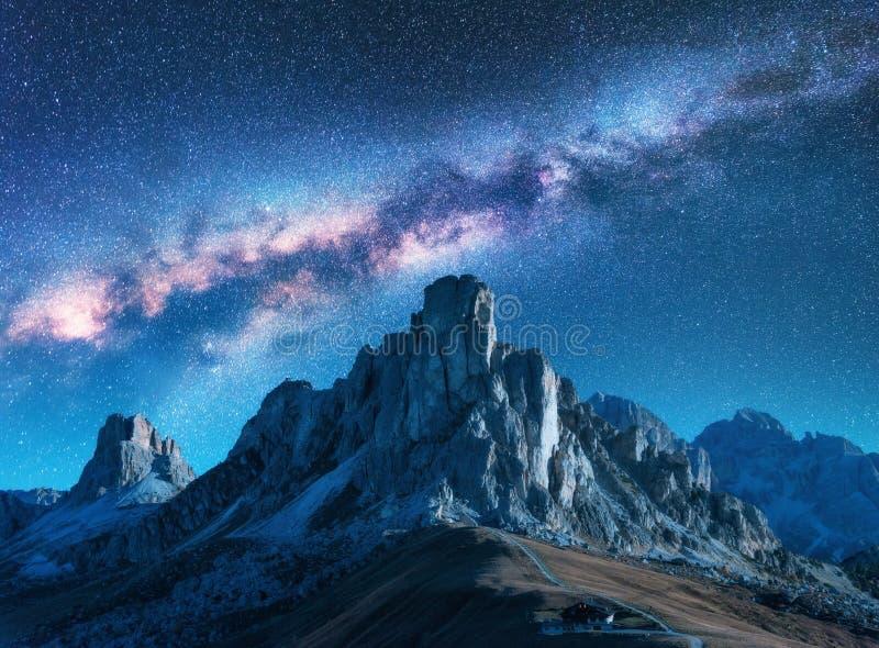 Cielo estrellado con la vía láctea sobre las montañas en la noche en verano fotografía de archivo libre de regalías