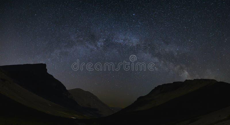 cielo estrellado de la noche Vista de la vía láctea en un valle de la montaña fotografía de archivo