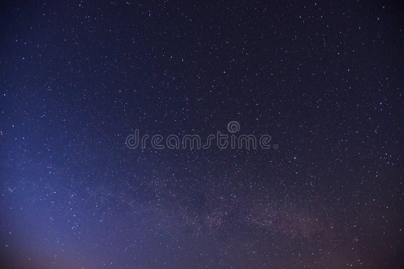 Cielo estrellado Lluvia de meteoritos fantástica del invierno y las montañas coronadas de nieve foto de archivo libre de regalías
