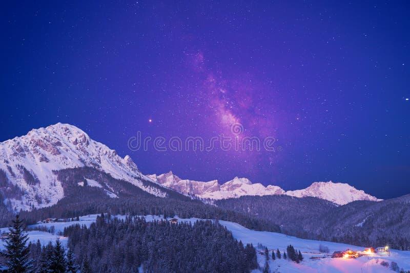 cielo estrellado sobre las montañas imagen de archivo