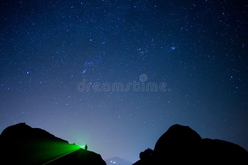 Cielo estrellado visto de Meteora, Grecia imagenes de archivo