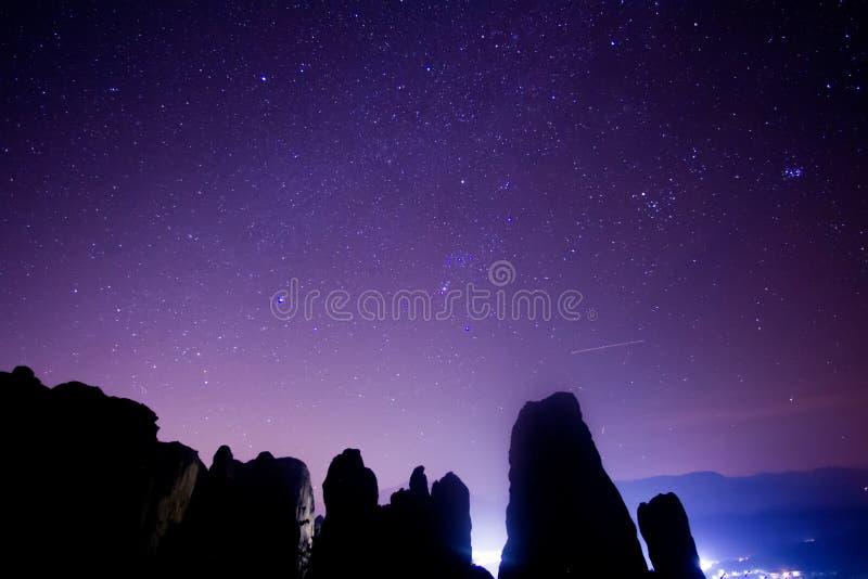 Cielo estrellado visto de Meteora, Grecia imágenes de archivo libres de regalías