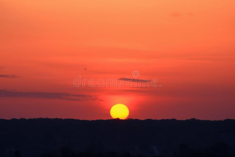 Cielo fiammeggiare con il primo piano di alba fotografie stock