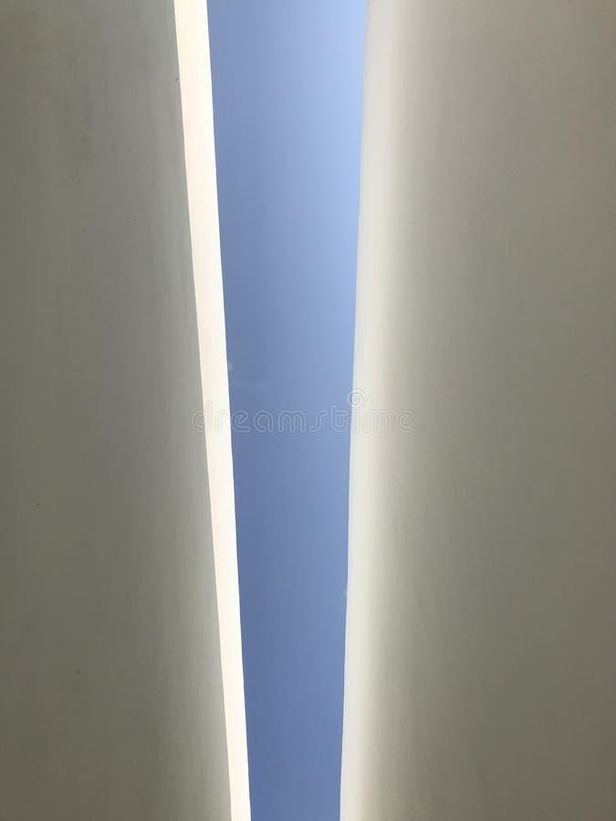 Cielo fra la parete fotografia stock