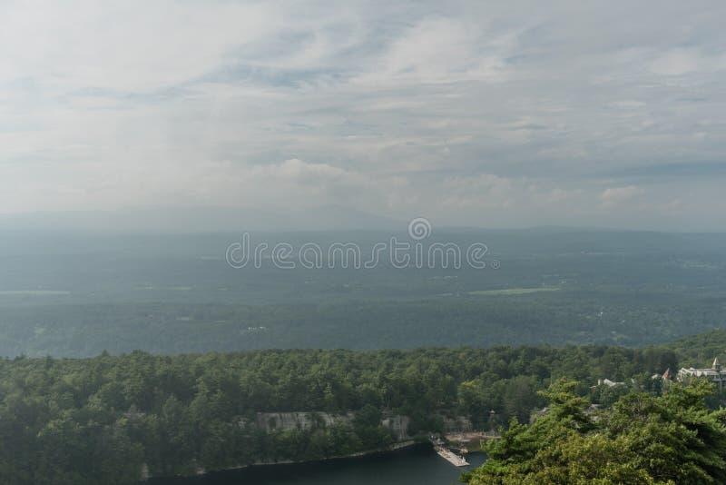 Cielo grande sobre el lago y el coto Mohonk fotos de archivo