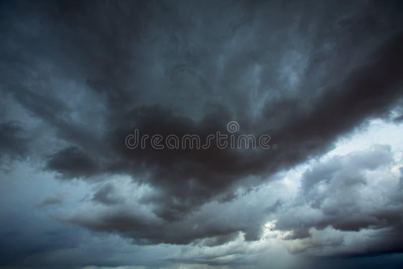Cielo grigio delle nuvole tempestose con le ombre drammatiche fotografia stock