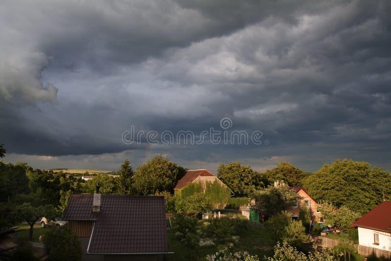 Cielo grigio nuvoloso sopra le case fotografie stock
