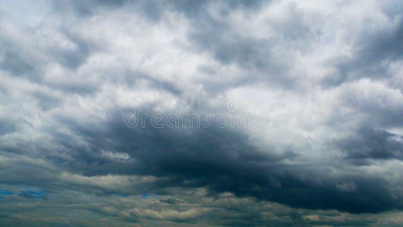 Cielo gris de la tormenta La lluvia est? viniendo fotografía de archivo libre de regalías