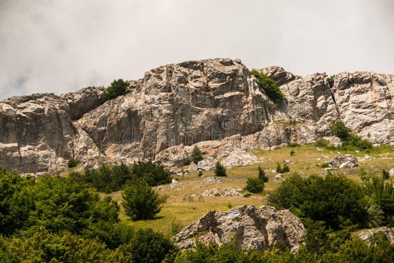 Cielo gris sobre roca y el valle ásperos fotografía de archivo libre de regalías