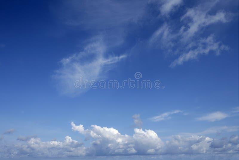 Cielo hermoso azul con las nubes blancas en día asoleado imágenes de archivo libres de regalías
